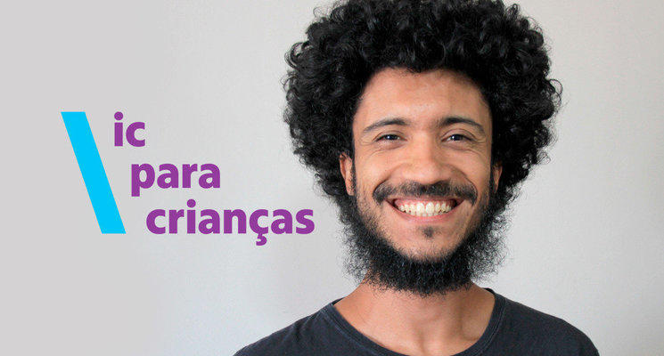 Felipe Cirilo é um homem negro, com cabelo black power e barba. Está sorrindo, veste uma camiseta preta, aparenta ter cerca de 30 anos. Ao lado da imagem de Felipe está escrito ic para crianças na cor lilás e com uma barra azul clara ao lado da frase.